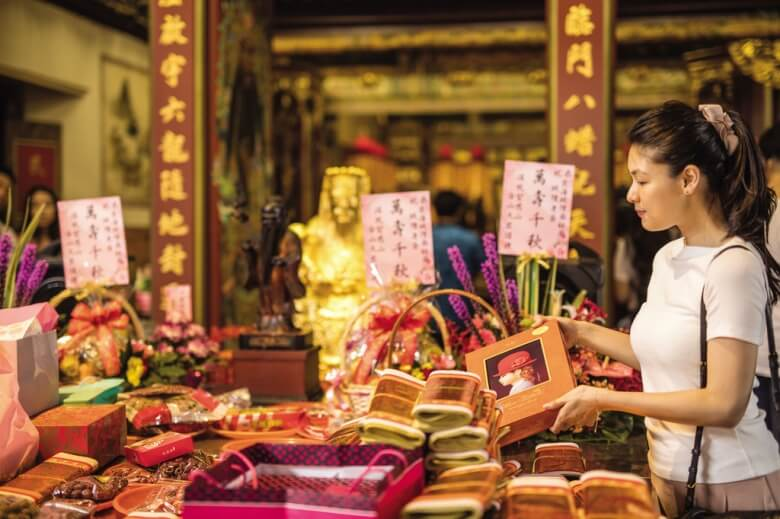 If you find your own happiness, don't forget to give wedding cakes to the temple to express your gratitude. (Photo/Liang Zhongxian)