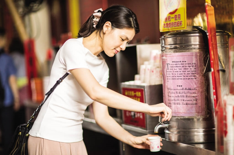 After finishing the visit, you can have some fortune candy or blessed tea to gain some  good luck.(photo/Huang Jianbin)