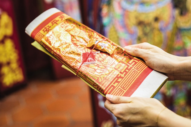 Receive the joss paper for praying from the temple first. (photo/Liang Zhongxian)