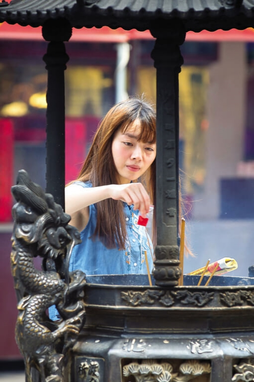 After visiting Yue Lao, remember to sense the red string to enhance its power.(photo/Huang Jianbin)