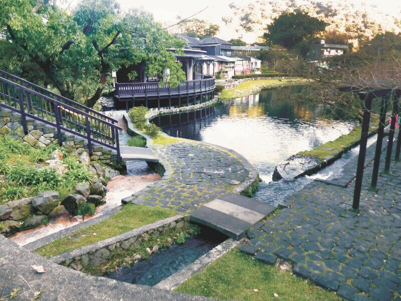 Enjoy a free hot spring bath at Qianshan Park in Yangmingshan.