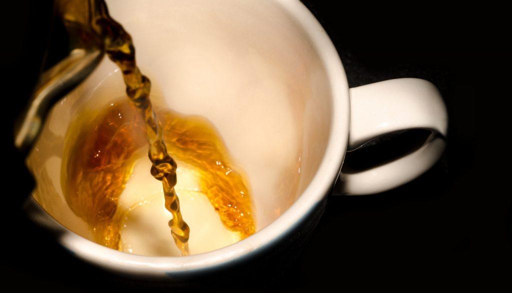 tea poured in white ceramic cup 82860 scaled 過期的茶葉, 茶葉, 新鮮茶葉