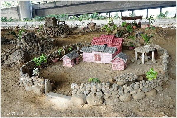 小人國重現~大里橋下驚見迷你農村。回收小物再利用,重現農村生活景像