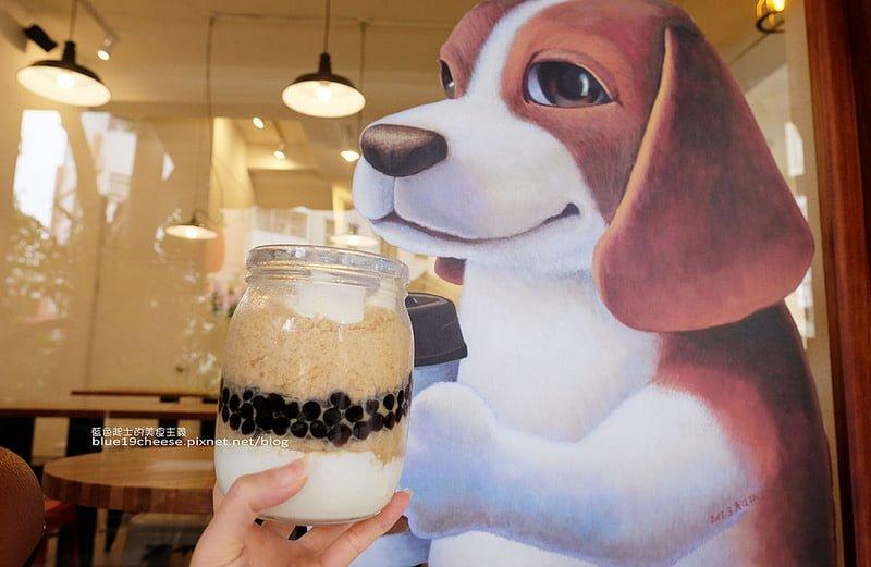 雪冰王子The Ice Prince-人氣商品珍珠奶茶雪冰好大一罐.細緻綿密的鮮奶雪花冰.在文青的雪冰王子店裡.窗邊還有拿咖啡可愛又療癒的小狗.來張合照吧~
