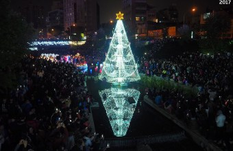 2017 12 16 232320 - 柳川水岸步道聖誕樹亮起來,中區柳川光景藝術展同步點燈~