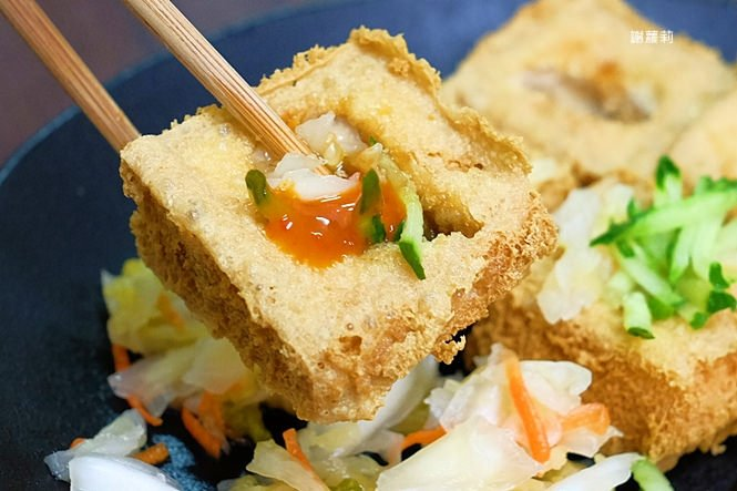 台中東區 | 濃鄉臭豆腐。台中火車站美食推薦 超好吃隱藏版臭豆腐,只有在地人才知道的低調銅版美食!