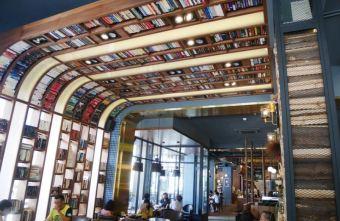 台中下午茶 卡啡那大墩店~香書、咖啡香、麵包香 從牆面到天花板都是書 假日一位難求