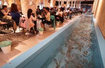 2019 01 06 000425 - 熱血採訪│台中流水蝦近200坪空間,還有親子遊戲區的蝦爆了水道泰國蝦吃到飽,一開幕人潮就爆滿(已歇業)