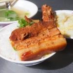 魯肉賴人氣老店,沒賣滷肉飯,賣的是爌肉、豬腳跟肉排~