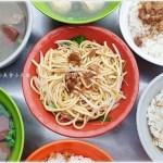 台中傳統早午餐║劉古早味炒麵、滷肉飯、骨仔肉,用餐時間人潮可不少~