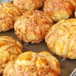 逢甲人氣現烤菠蘿麵包,外酥內軟,還有香蒜條、乳酪條、花生條,讓人一訪再訪!