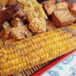 熱血採訪|先滷後炸人氣美食小吃,甜度飽滿的整支玉米加上薄層醬汁和椒鹽粉,你吃過了嗎?