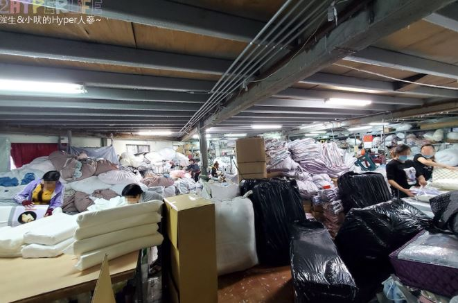 2021 01 08 173344 - 熱血採訪│寒流來襲!想買暖暖的棉被嗎?千坪工廠開倉,人潮不少, 東西快堆到天花板!