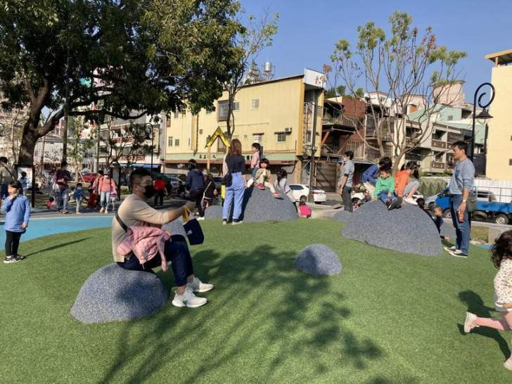 2021 02 25 213157 - 台中南區全新綠川水淨樂園,多樣新奇兒童遊樂設施,地面鋪上防護地墊更安全