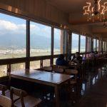 石岡景觀餐廳|彩虹山舍一覽大甲溪美景,還有唯美鋼琴階梯和辣眼睛的紅裙長腿藝術裝飾可拍照唷!