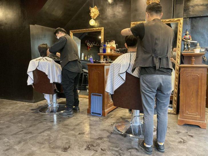 2021 04 11 222916 - 50年代歐美復古風大人物男仕理髮廳,剪髮還提供一杯威士忌小酌,讓你身心都很Chill