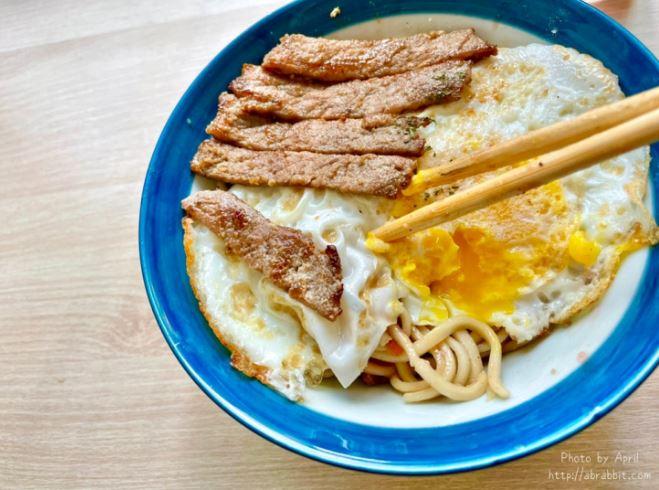 2021 10 05 124945 - 巷弄老宅的早餐店,WHISKER炭烤吐司,炒麵套餐包含炒麵、招牌里肌、荷包蛋和飲品