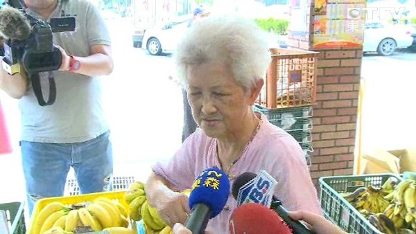 An elderly fruit vendor is seen after grabbing and restraining a much younger thief