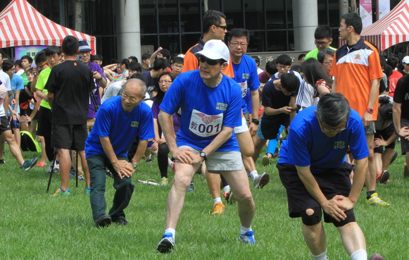 Ma Ying-jeou warming up for a race at National Tsing-hua University in Taiwan