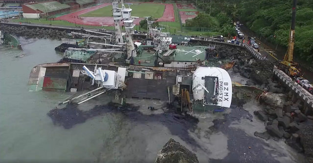 oil spill from grounded fishing vessels in Kaohsiung