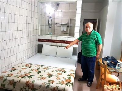 The owner of a hostel in Yonghe District shows the room provided to Malaysian tourists who were scammed by Taiwan's notorious Evil Landlord, Zhang Shujing