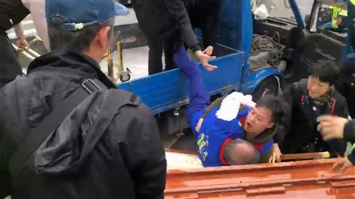 Chang An-lo falls into his own coffin