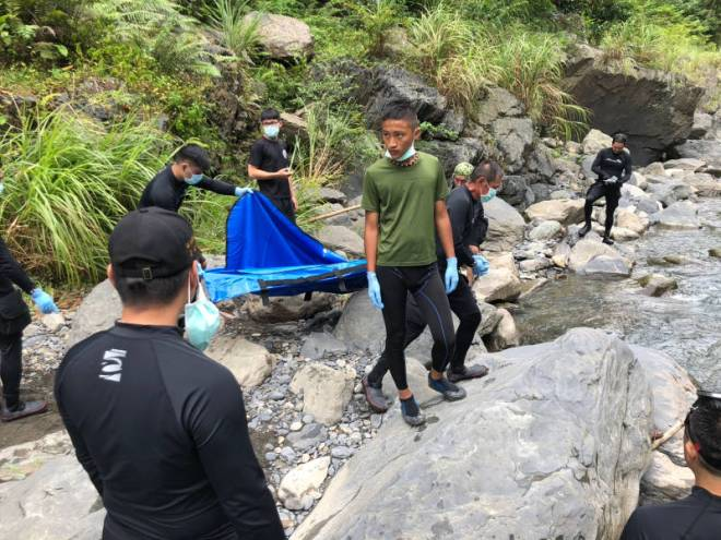 Firefighters retrieve body of boy who drowned in Wulai District, New Taipei City.