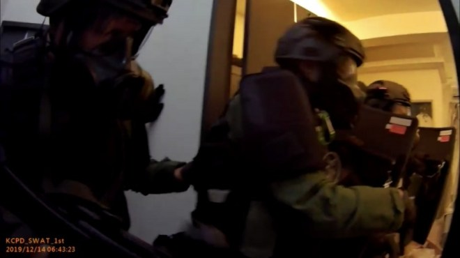 Kaohsiung City police SWAT team enters apartment after standoff with armed suspect