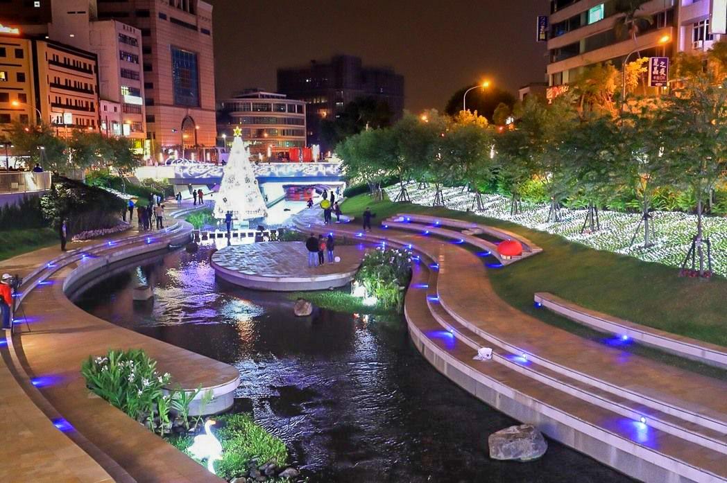 台中景點推薦-全台首座9米水中聖誕樹【台中柳川】
