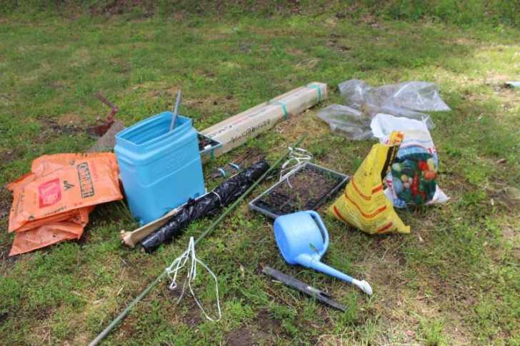 ビニールハウスの畝の作り方とホースで沢から水源を確保した件 (2)