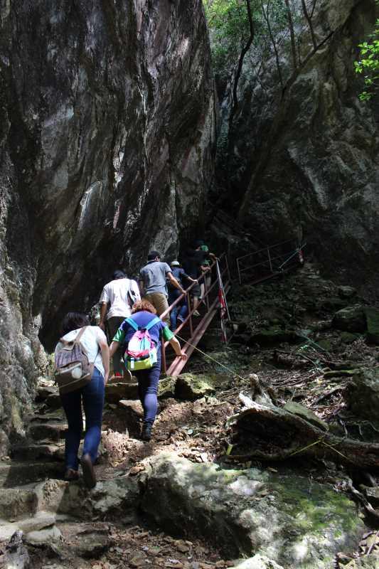 乳岩峡の川の水がきれい過ぎるので川遊び!さらにプチクライミングをしてハイキング (1)
