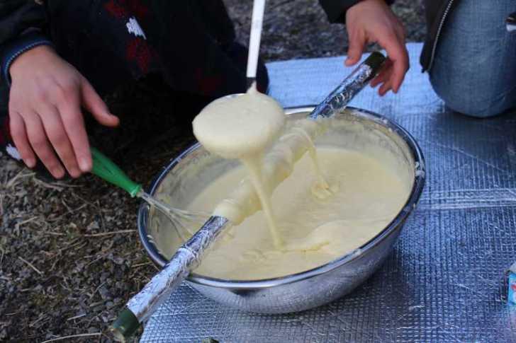 アウトドアでの手作りバームクーヘンの作り方!雪が降る中での炭火BBQ編 (2)