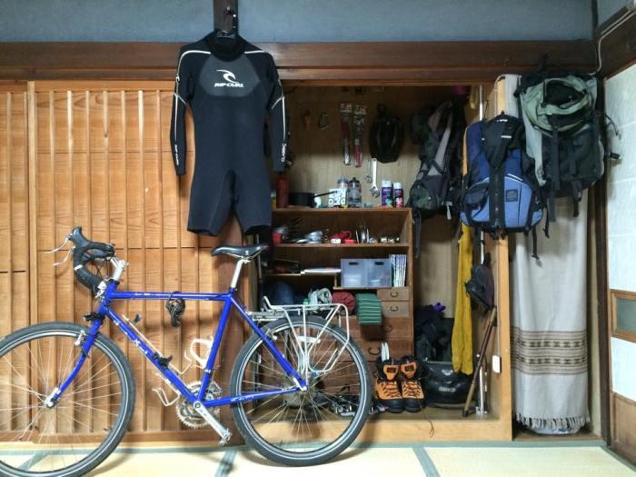 家で自転車世界一周プチ写真展やってます!アウトドアグッズも展示中!!
