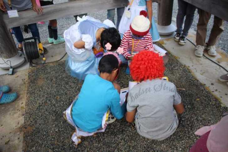 お寺でのハロウィンパーティー開催!仮装しての謎解きが色とりどりで楽しすぎる! (13)