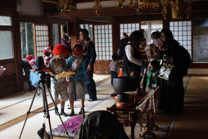 お寺でのハロウィンパーティー開催!仮装しての謎解きが色とりどりで楽しすぎる! (20)