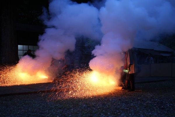 1メートルほどの竹筒に火薬を詰めて人が抱える手筒花火がすごい!【新城市川合地区祭り】 (6)