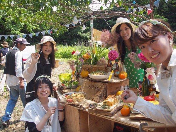 畑で素敵な空間を演出し、採れたて野菜の料理が並ぶファームキャンプパーティーが楽しすぎた! (2)