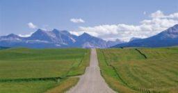 山と草原の道
