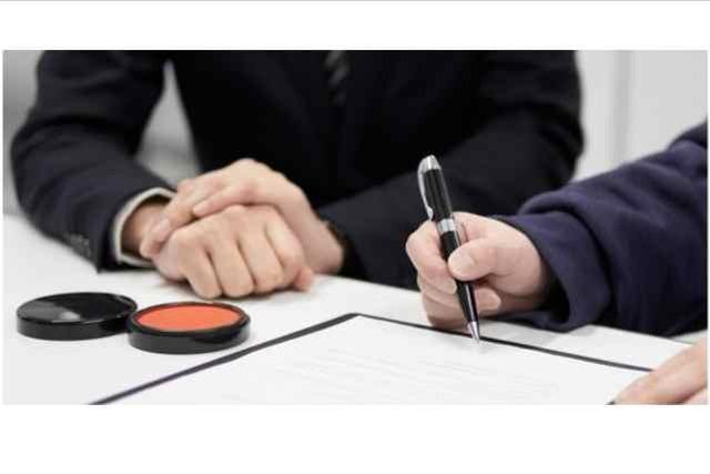 契約書に署名する人