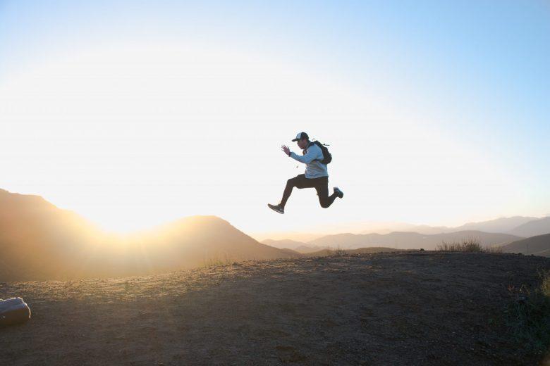 野山を走る男性