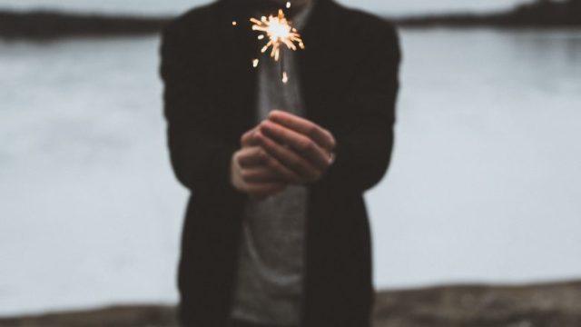 手持ち花火で遊ぶ人