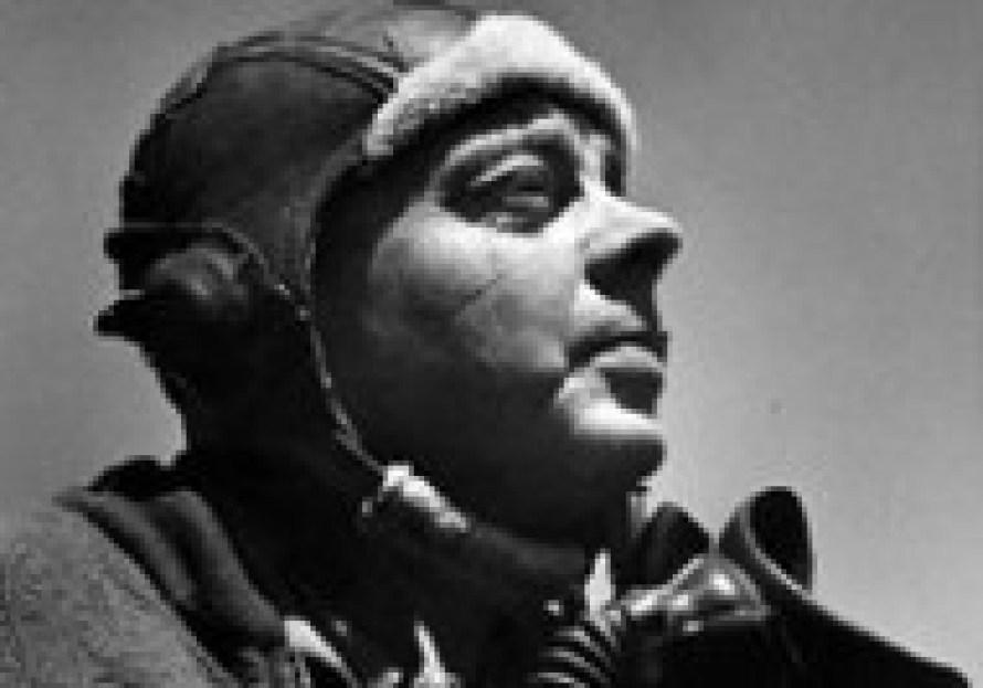 飛行機に乗るパイロット姿のサン=テグジュペリ