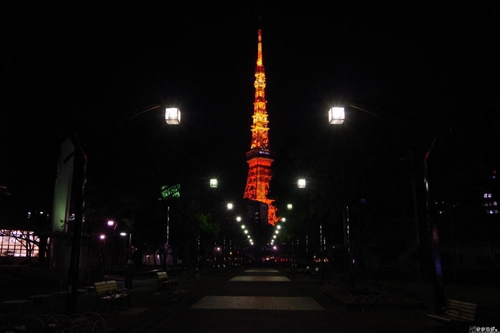 芝公園から東京タワーを望む