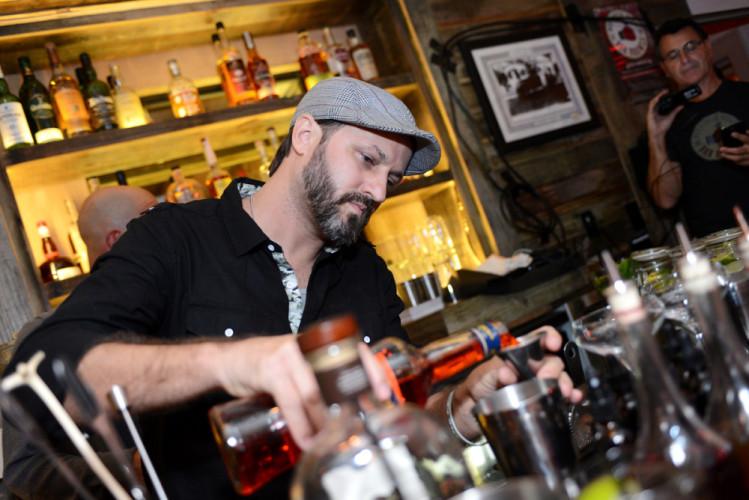 James Hartmann from Ian's Tropical Grill wins Week 4 #BarBrawls