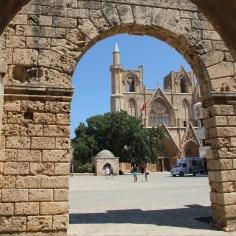 """Die ehemalige St. Nikolaos Kathedrale wurde ihrer Kreuze beraubt und als Moschee """"umverwendet"""", andere Kirchen zerfallen vor sich hin, wieder andere werden als Viehställe """"missbraucht"""" : ("""