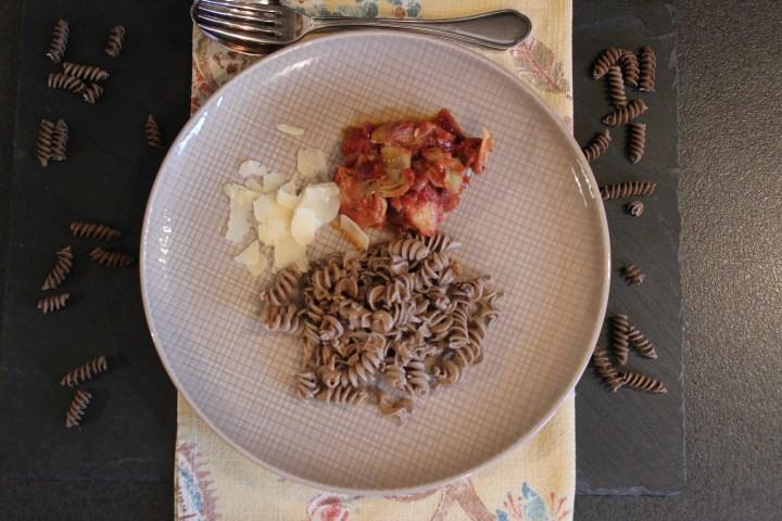 Buchweizen-Nudeln mit Paradeis-Artischocken-Pesto, low-carb und weizenfrei
