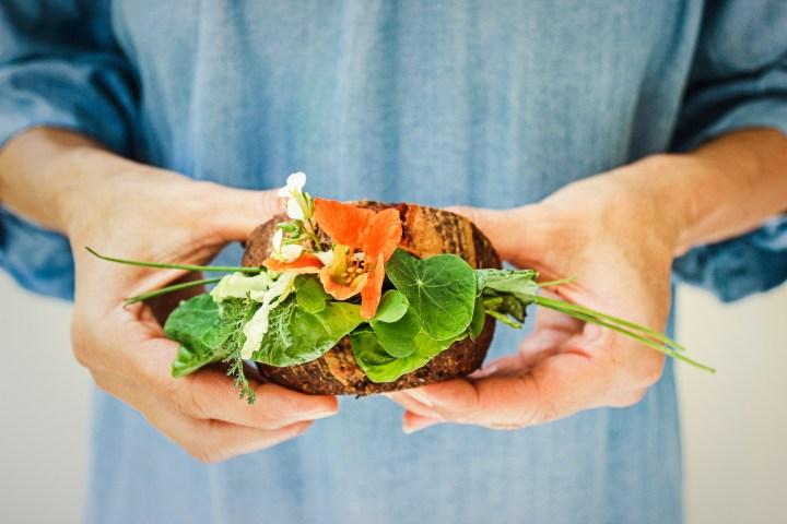 Mit (Ur)Kraft voraus – Paleo-Wiesen-Wildkräuter-Sandwich mit SMART BREAD