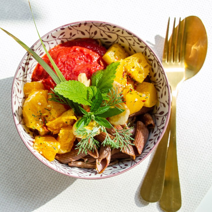 Alles Gute aus einer Schüssel: Rhonen-Nudeln mit Curry und gebratenen Zitrusfrüchten