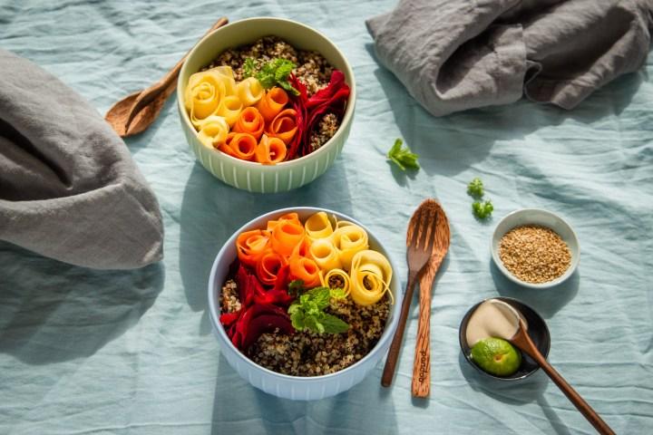 Bunte Bio-Quinoa-Bowl mit Rohkost Gemüse