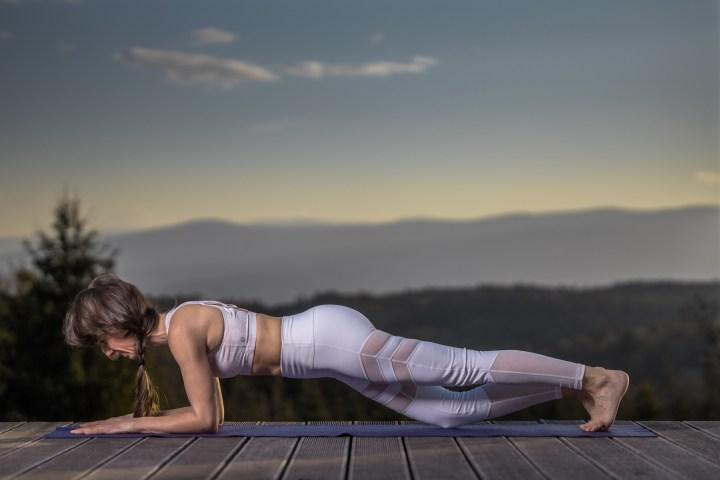 Plank mit Knie zu Boden